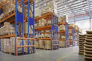 คลังสินค้าที่มีชั้นวางหลายชั้นในโรงงาน
